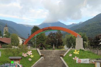 The arch located in Ovaro to mark the beginning of the climb